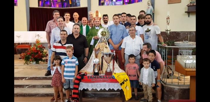 Foto 1 - El Tardelcuende ofrece sus títulos a la Virgen del Rosario