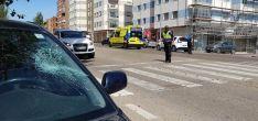 El vehículo con el impacto y la ambulancia en el lugar de los hechos./M-Audiovisuales
