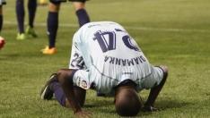 Diamanka besa el césped.
