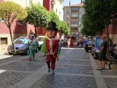 Foto 3 - El barrio de San Pedro inicia sus fiestas con desfile de gigantes y cabezudos