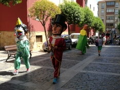 Foto 4 - El barrio de San Pedro inicia sus fiestas con desfile de gigantes y cabezudos