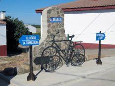 La escultura 'La bici' se une a las que ya hay en la localidad.