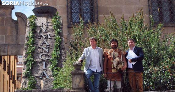 El alcalde (izda.) junto a Rubén García de Tierraquemada y Urbano Peñas, delegado de Gas Natural./SN