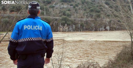 Un agente de la Policía Municipal de Soria en un servicio en el Duero./SN