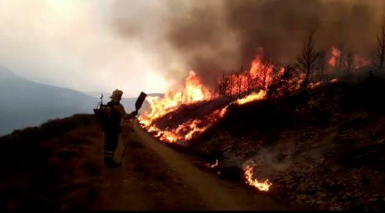 Labores de extinción del incendio./Brif