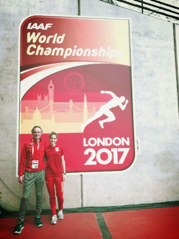 Pérez y su entrenador Serrano. / AtletismoRFEA.