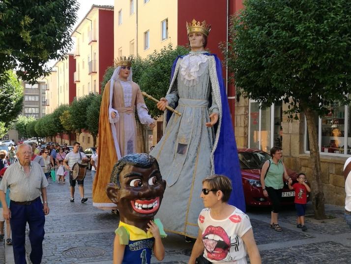 Foto 2 - El barrio de San Pedro inicia sus fiestas con desfile de gigantes y cabezudos
