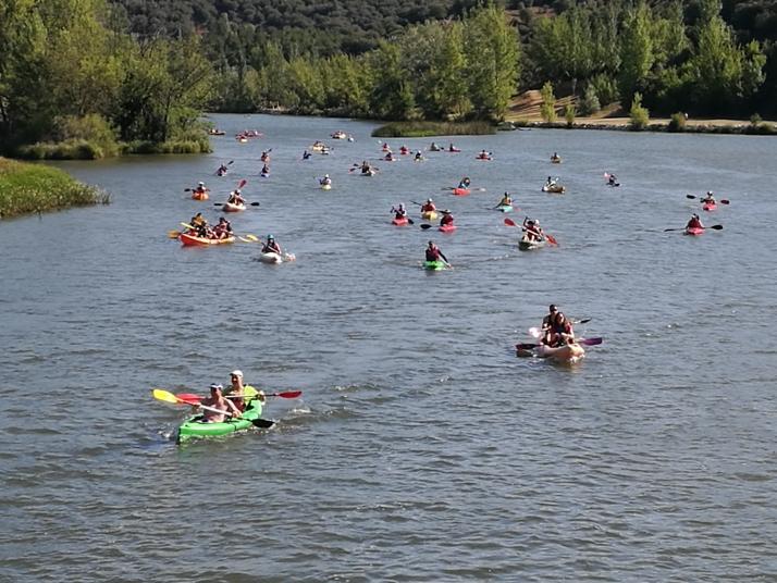 Cerca de un centenar de piragüistas participan en la XVI travesía del Duero