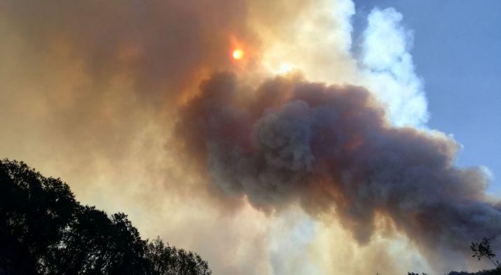 Una espectacular columna de humo en el incendio en León./BRIF