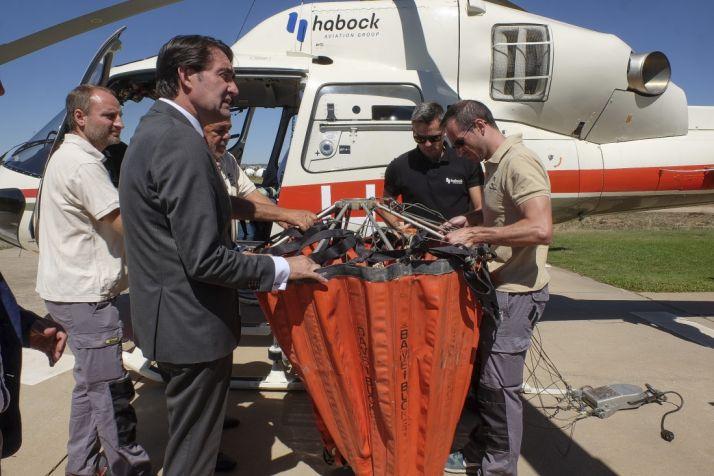 El consejero visita el helicóptero de coordinación. /Junta