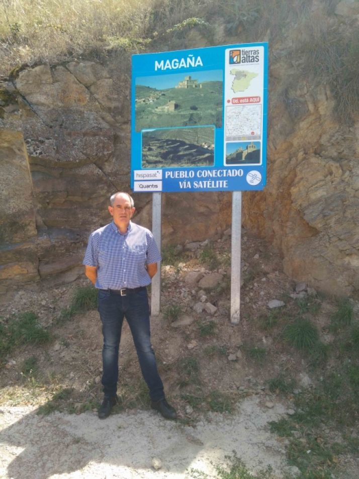Fernando Marín, alcalde Magaña, con cartel pueblo conectado.