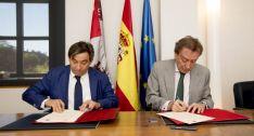 De Santiago-Juárez (dcha.) y Blanco en la firma del acuerdo./Jta.