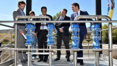 El consejero, (dcha.) con el alcalde y el delegado de la Junta