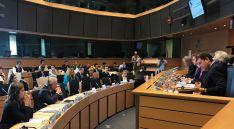 El consejero (dcha.) en su intervención en la sede parlamentaria europea.