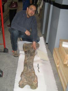 Rafael Royo con el fémur que mide 1.250 milímetros. /F-M