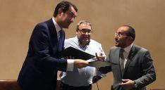Suárez-Quiñones (izda.) y Rey (dcha.) con el alcalde de Villaciervos tras la firma del convenio./EP