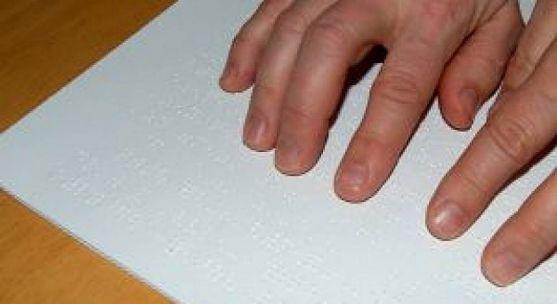 Lectura de un texto en braille.
