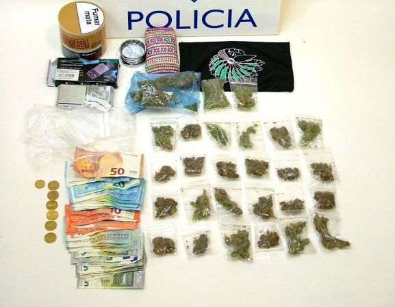 Marihuana, dinero y utensilios incautados./CNP