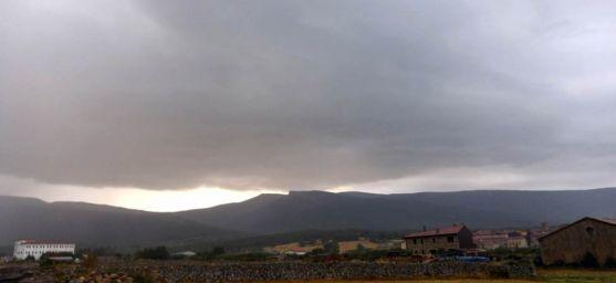 Una tormenta en Duruelo con Urbión al fondo./AS