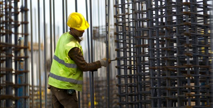Un empleado de la construcción en su puesto de trabajo.