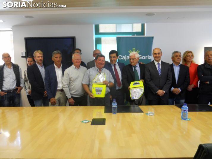 Imagen de la entrega de los desfibriladores a los alcaldes./SN