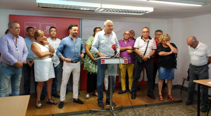 Martínez, en el centro, con compañeros de partido./SN
