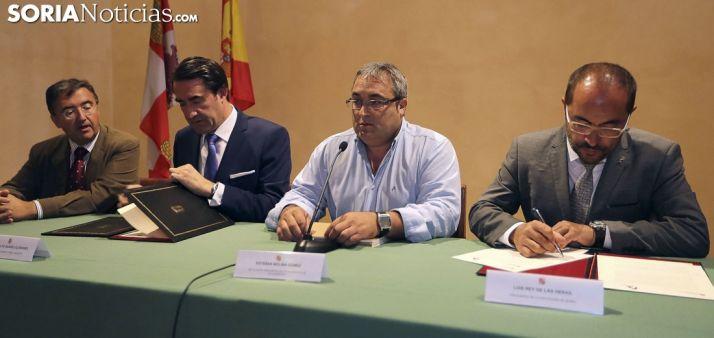 Rúbrica del convenio este miércoles en Villaciervos./SN