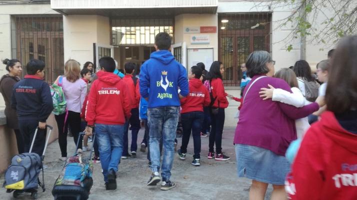Jóvenes estudiantes en su primer día de clases en un colegio de la capital./SN