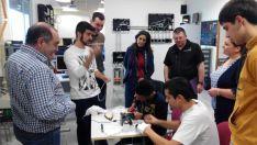 Docentes del CIFP y sus homólgos irlandeses en un taller con alumnos.