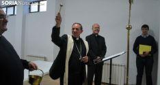 El obispo bendice los salones reformados que servirán para mejorar la atención a los desfavorecidos. /SN