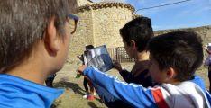 Estudiantes en la visita al templo de San Pedro, en Cerbón.
