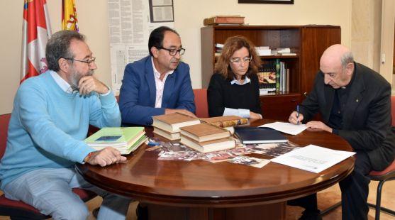 Sotillos, (dcha.) rubrica el documento de donación./Jta.