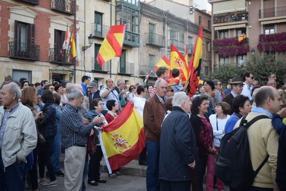 Asistentes a la concentacion en defensa de la unidad de España.