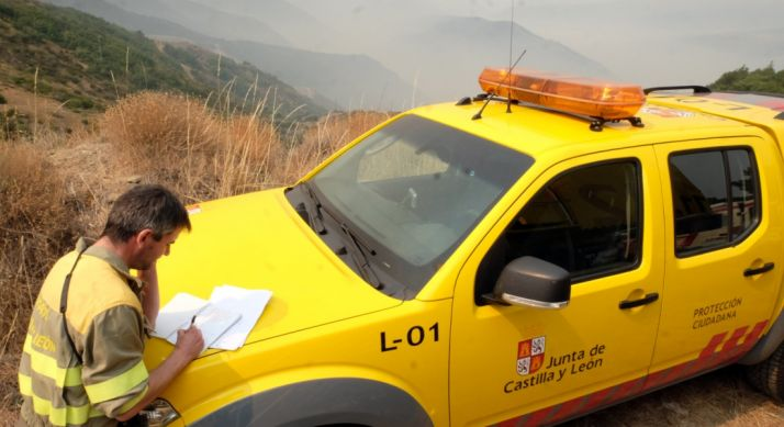 Un agente medioambiental en un incendio.
