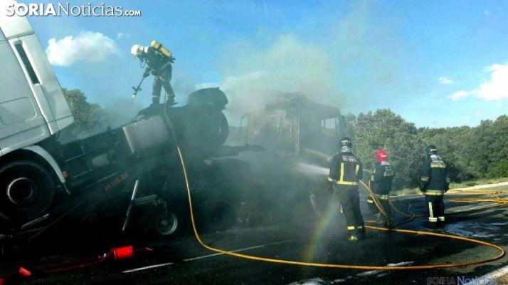 Bomberos de Ólvega en la extinción en un fuego de un camión en la carretera del Madero./SN