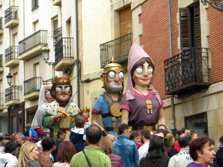 Los gigantes y cabezudos llenan de color las calles de Soria