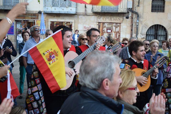Foto 2 - Más de un centenar de personas apoyan a las fuerzas de seguridad del Estado en la plaza Mayor