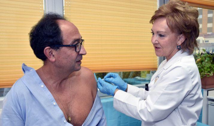 El delegado territorial, Manuel López, recibiendo a dosis de vacunación este martes./Jta.