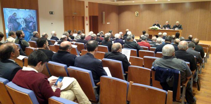 Los sacerdotes durante el encuentro este lunes./DOS