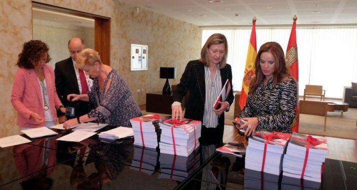 La consejera y la presidenta de las Cortes en el registro de los documentos.