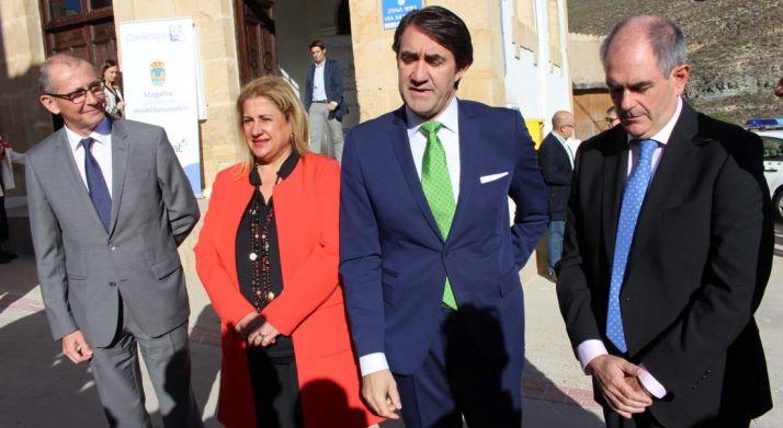 La subdelegada junto a Carlos Espinós (Hispasat, izda.), Fernando Suárez Quiñones (consejero de Fomento), y Fernando Marín (alcalde)./SdG