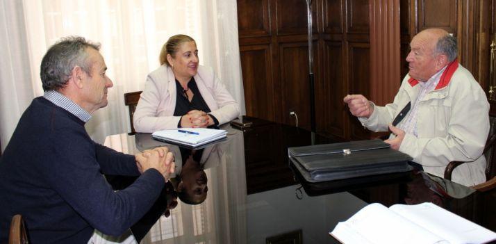 La subdelegada, con los alcaldes pedáneos de Atauta y Velilla de San Esteban.
