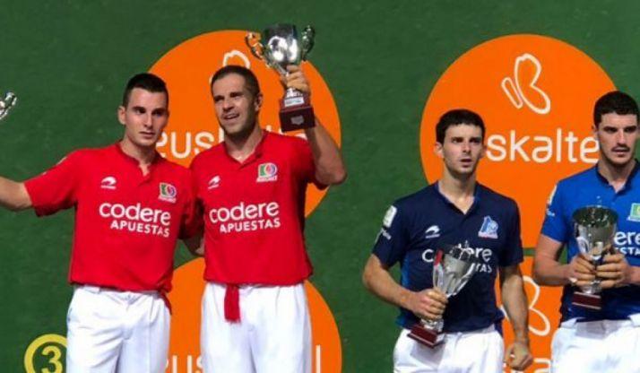 A la izquierda, los ganadores del trofeo.