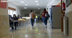 Estudiantes en uno de los pasillos del Campus. /SN