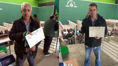 Luis Lafuente (izda.) y Agustín Egea con sus diplomas y medallas.