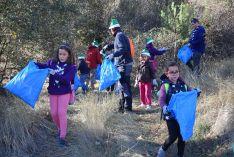 Medio centenar de 'devoradores' de basura limpian el entorno de las márgenes del Duero de Soria