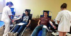 Dos estudiantes del Campus donan su sangre.