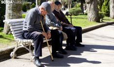 Jubilados en la Alameda de Cervantes, en la capital soriana. /SN