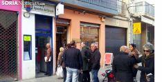 Una fila ante una administración de lotería en la capital. /SN