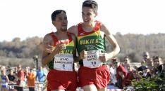Mateo entra en meta junto con su compañero de equipo Ayad Lamdassem.
